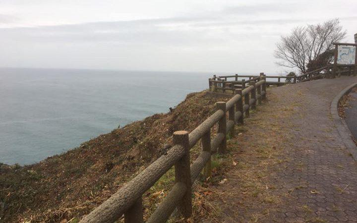 岩美町の最東端、東浜地区の陸上岬の海岸沿いに展望所があります。